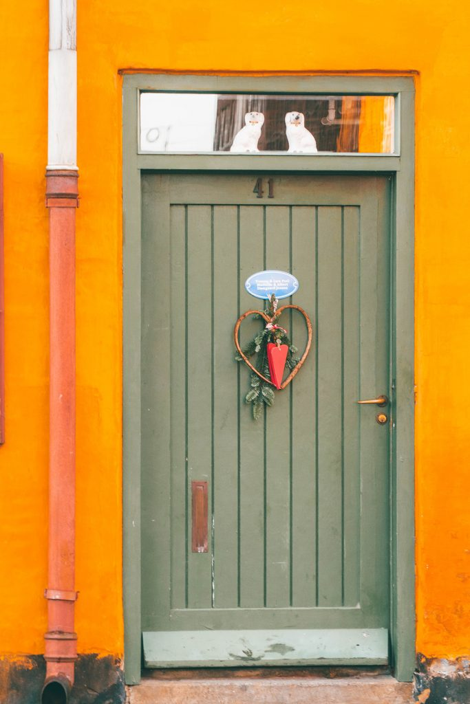 Ceramic dogs standing watch in a window above a door in Nyboder Copenhagne
