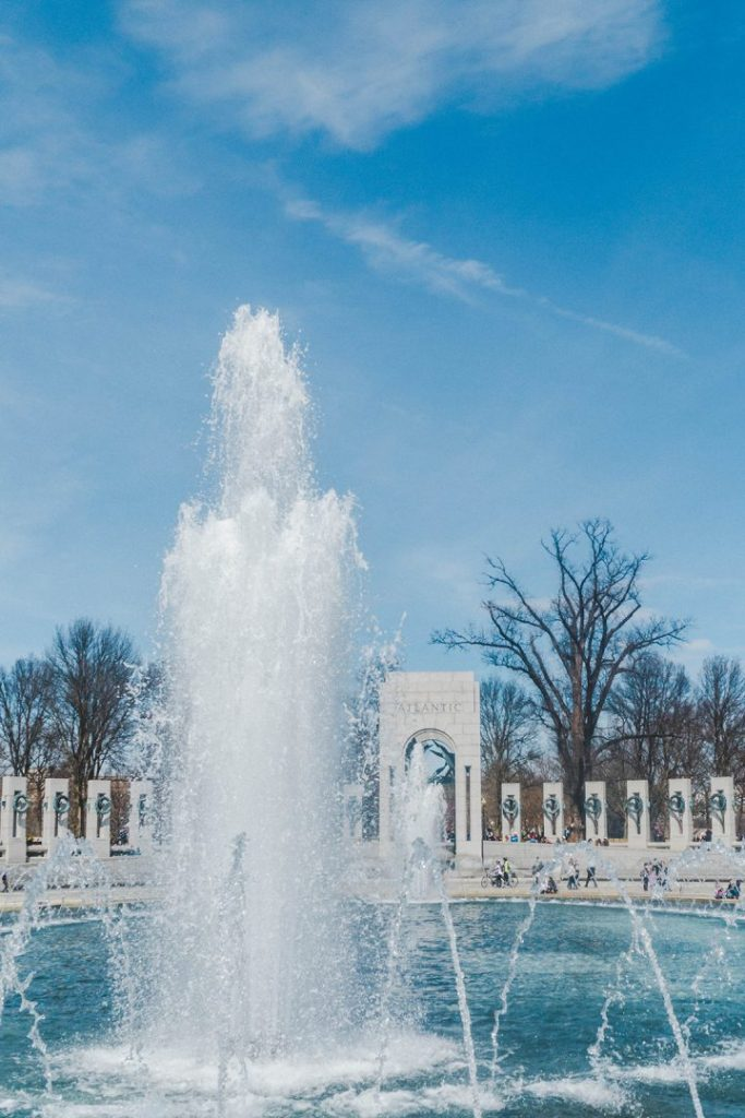 The fountain geysir spurting up at the WWII Memorial