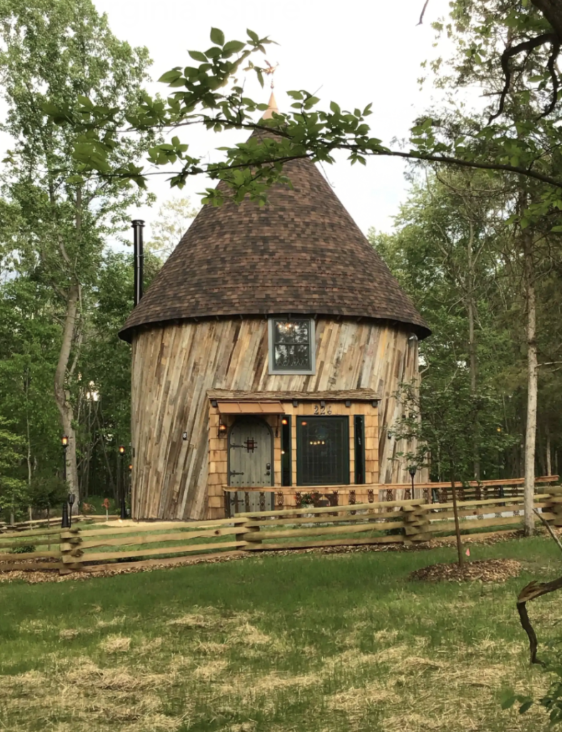 a round hobit house that looks like it's built out of twigs
